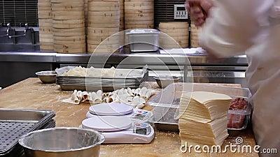 Il moto della gente sta impastando la pasta e sta pesandola prima che da rendere a gnocchi stock footage