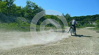 Il motociclo inizia il movimento La ruota del motocross bike avvi filare e calciare la terra o la sporcizia Movimento lento archivi video
