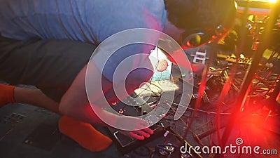Il musicista configura l'apparecchiatura prima di registrare un nuovo album video d archivio