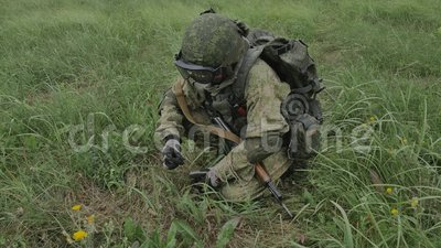 Il nastro della mitragliatrice delle cartucce delle spese del soldato in un cassetto archivi video