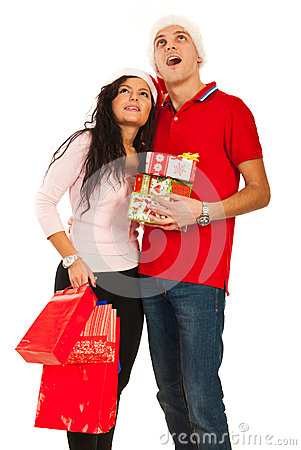 Il Natale stupito coppia lo sguardo su