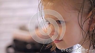 Il Parrucchiere Asciuga L'asciugacapelli Una Bambina Cura Di