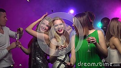 Il primo piano delle ragazze balla con vetro di champagne Movimento lento video d archivio