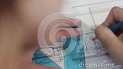 Il progettista disegna con la matita archivi video
