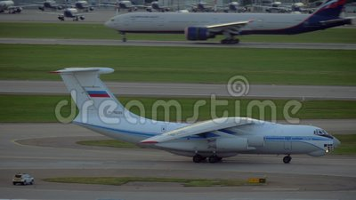 Il-76 que move sobre a pista de decolagem no aeroporto de Sheremetyevo, Moscou vídeos de arquivo