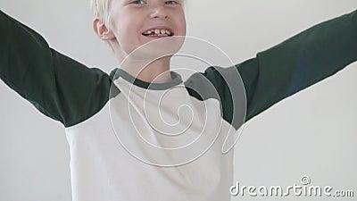 Il ragazzo biondo gioisce stock footage