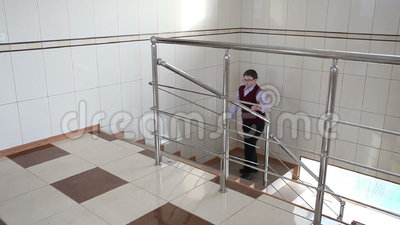Il ragazzo scala le scale alla scuola stock footage
