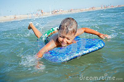 Il ragazzo si diverte con il surf