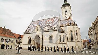 Il reggimento del foulard che marcia vicino alla chiesa di St Mark, guardia di Zagabria dell'onore video d archivio
