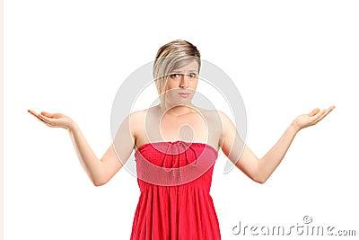 Il ritratto di un gesturing della donna non sa