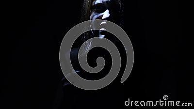 Il ritratto di un grido di Halloween di orrore ha ispirato la ragazza teenager con un coltello stock footage