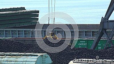 Il secchio della gru a benna della gru del porto riunisce il carbone per trasporto stock footage