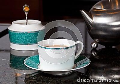 Il tè ha versato dalla teiera dell acciaio inossidabile