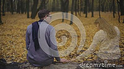 Il tipo è triste e mancante la sua amica, ritenente la presenza di sua anima di fianco stock footage
