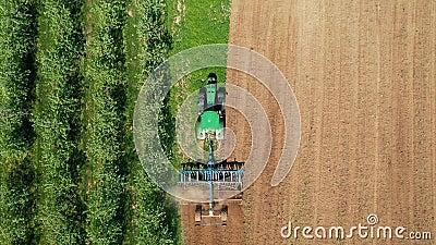 Il Trattore Mette Un Campo Agricolo Nel Frutto Prima Di Piantare L'Aereo Di Coltura video d archivio