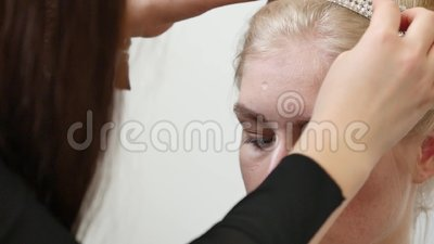 Il trucco e l'acconciatura di modello di nozze di Beautiful Bride Portrait, il modello sulla testa indossa la corona, ragazza in  archivi video