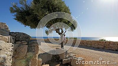 Il turista femminile cammina nella zona archeologica turistica di Cipro, giorno di sole video d archivio