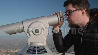 Il turista sta guardando dentro il telescopio di osservazione stock footage