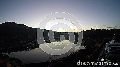 Il vapore galleggia sullo stagno di mattina video d archivio
