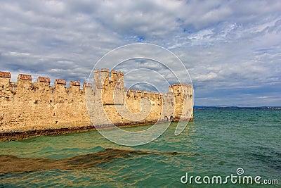 Il vecchio castello in Sirmione sulla polizia del lago, Italia