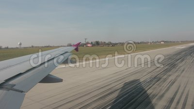 Il velivolo sta girando, entra nella pista principale per decollare archivi video