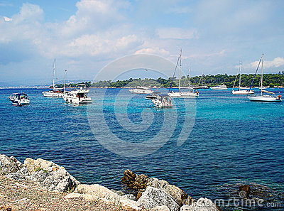 在这照片lerinsky海岛,海和游艇在夏天平静的天代表 风平浪静倾吐天图片