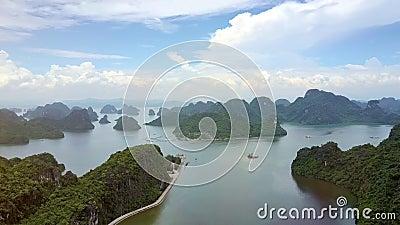 Ilhas verdes dos fiordes altos do oceano da vista aérea na baía longa do Ha filme