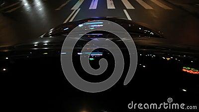 Illuminazione della via sul cappuccio dell'automobile Riflessioni leggere sul vetro e sul cappuccio dell'automobile archivi video