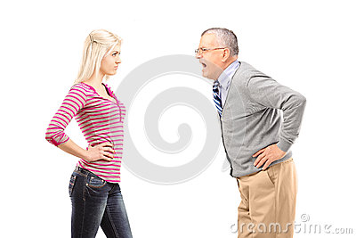 Ilsken fader som ropar på hans dotter