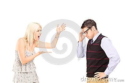 Ilsken kvinna som ropar på en man