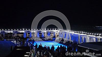 Ilumina o giro no clube noturno perto da associação quando os povos dançam borrado vídeos de arquivo