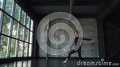 Ilustração do bailado dancer homem novo que dança graciosamente em um fundo escuro no estúdio Movimento lento filme
