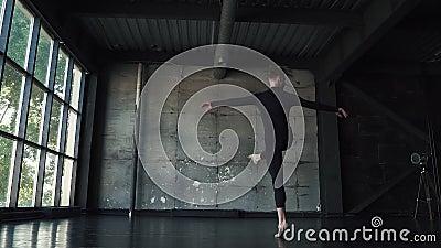 Ilustração do bailado dancer o homem novo está girando na ponta do pé contra um fundo escuro Movimento lento video estoque