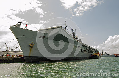 Ilustre del HMS atracado en Portsmouth Foto editorial