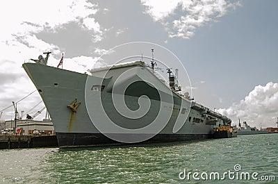 Ilustre do HMS entrado em Portsmouth Foto Editorial
