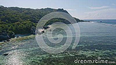 Imágenes aéreas de la playa del paraíso tropical Anse Source d'Argent Laguna poco profunda con bellas algas, granito metrajes