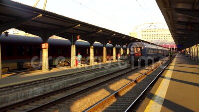 Imágenes editoriales de los trenes en la plataforma de la estación de trenes de Bucarest North Railway Station Gara de Nord Bucur metrajes
