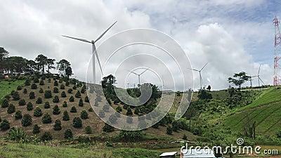 Imágenes en 4K de turbinas eólicas a la vista del cielo Fuente limpia de energía renovable de la ecología eléctrica Video Energía metrajes