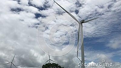 Imágenes en 4K de turbinas eólicas a la vista del cielo Fuente limpia de energía renovable de la ecología eléctrica Video Energía almacen de metraje de vídeo