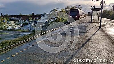 Im Bahnhof Vallensbaek Strand verkehrt der Zug mit hoher Geschwindigkeit stock video footage