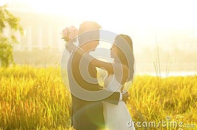 Im Freien Braut und Bräutigam
