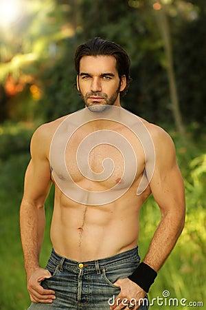 Im Freienportrait eines mit nacktem Oberkörper schönen MAs