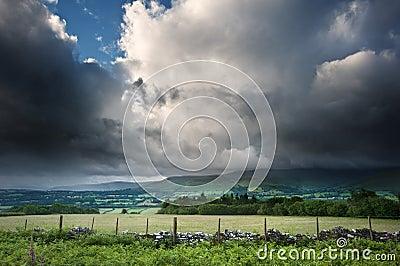 Image d horizontal de campagne à travers aux montagnes