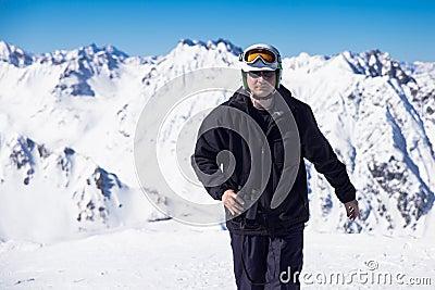 Skieur avec des jumelles