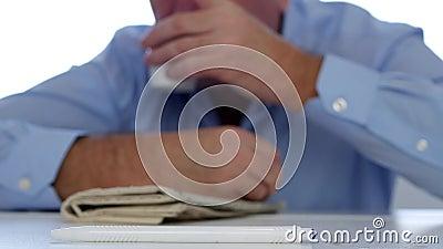 Imagen con un hombre de negocios cansado Napping en la oficina con la cabeza en la tabla almacen de metraje de vídeo