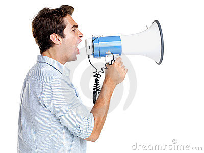 Imagen del perfil de un grito del hombre joven
