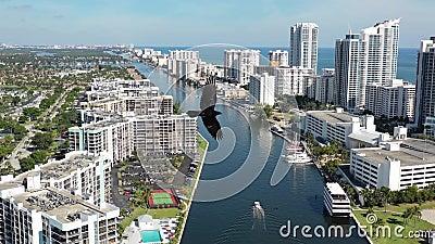 Images aériennes de 4k de bateau sur le canal de Miami Beach banque de vidéos