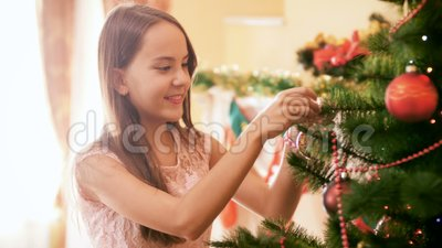 4 000 images d'une belle adolescente souriante pendue à la baule colorée sur un sapin de Noël à la maison Maison de décoration fa banque de vidéos
