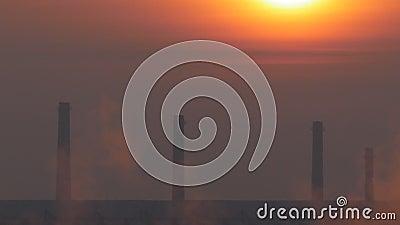 Immagine della pentola con alba rossa e fumo bianco nell'aria in un giorno freddo di mattina stock footage