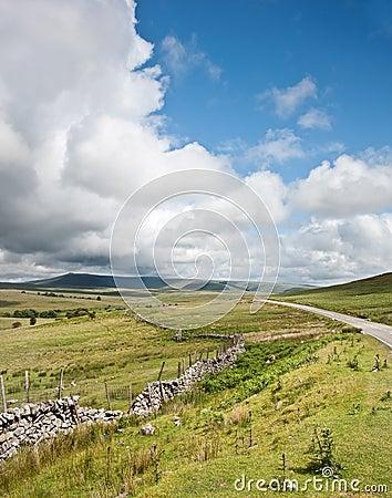 Immagine di paesaggio della campagna attraverso alle montagne